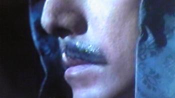 付け髭の糊がテカってる