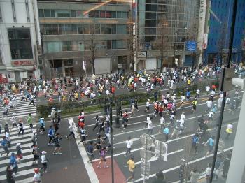 通りの上から東京マラソン