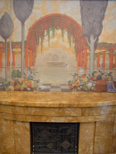 暖炉と壁画