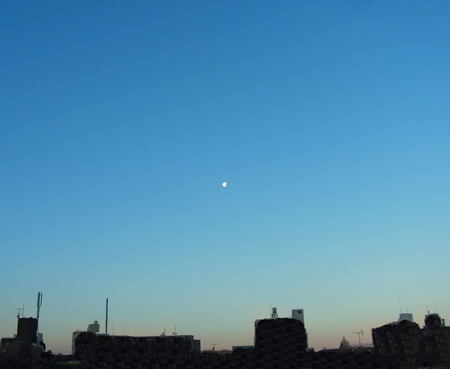 月がとっても青いから〜♪